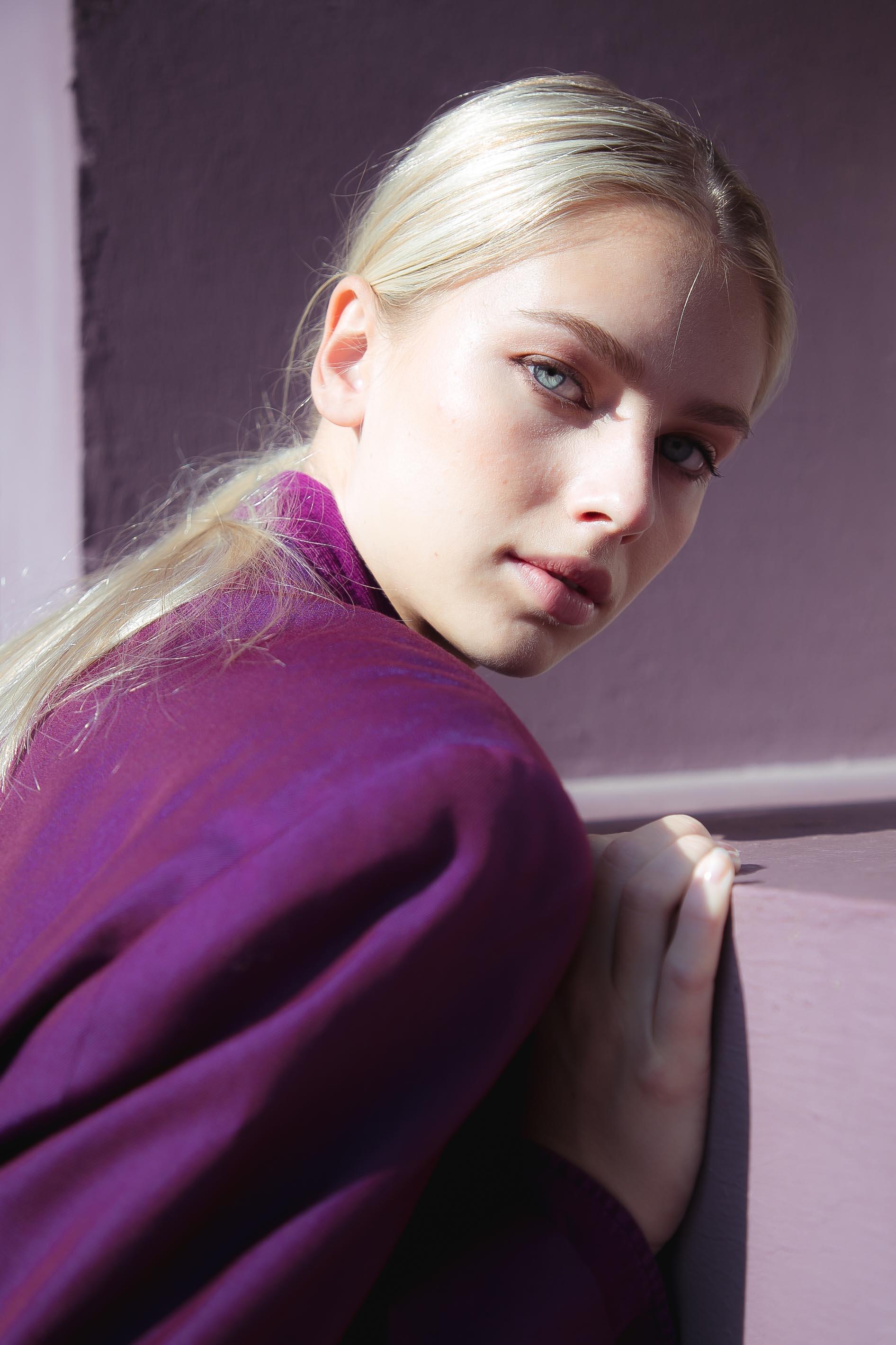 portrait Regina ambiance violet