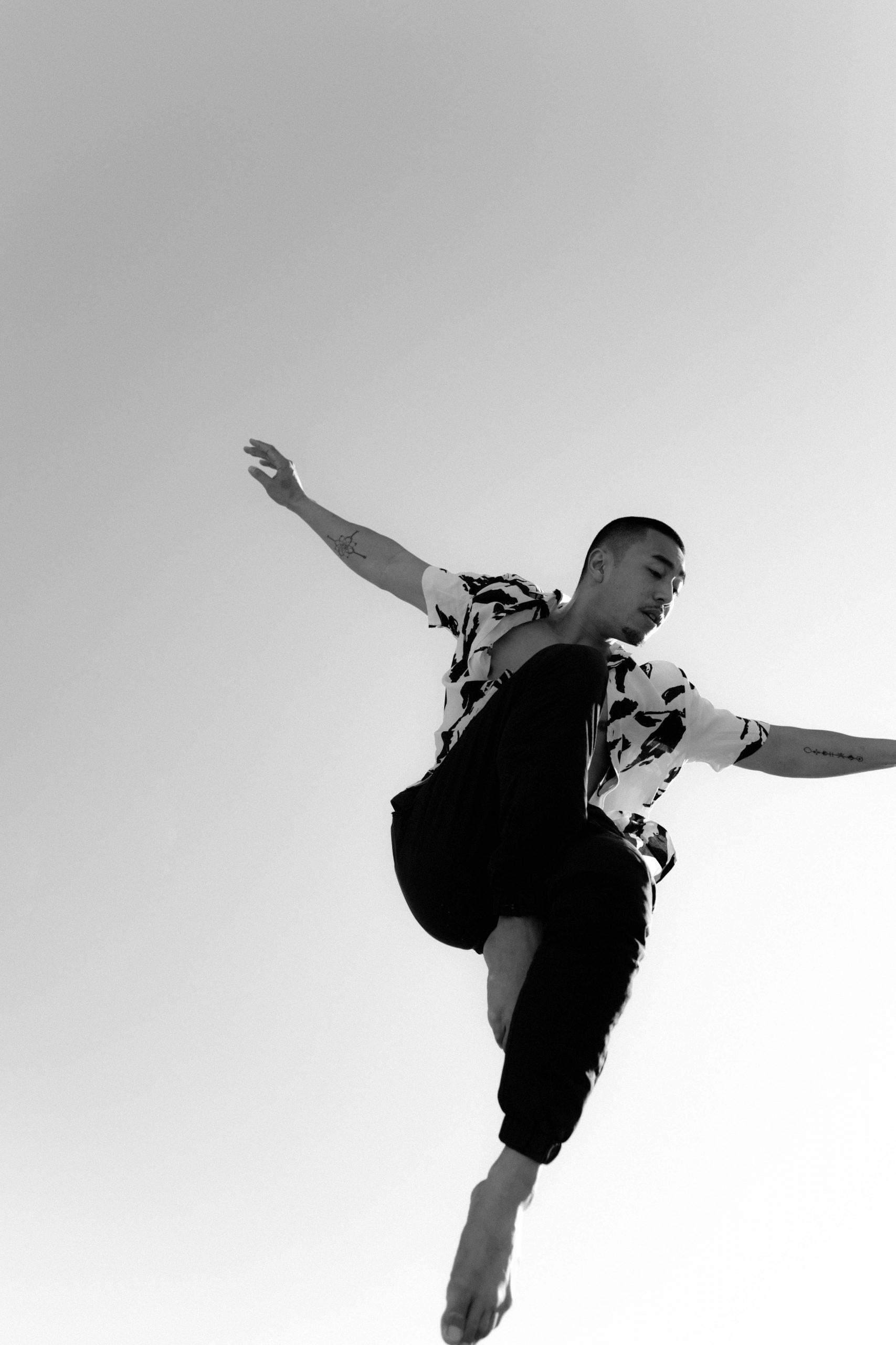 Danseur saut noir et blanc
