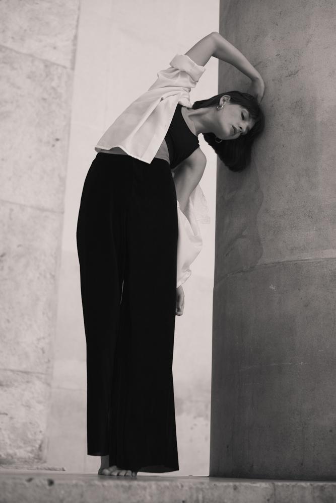 danseuse au palais de Tokyo en noir et blanc